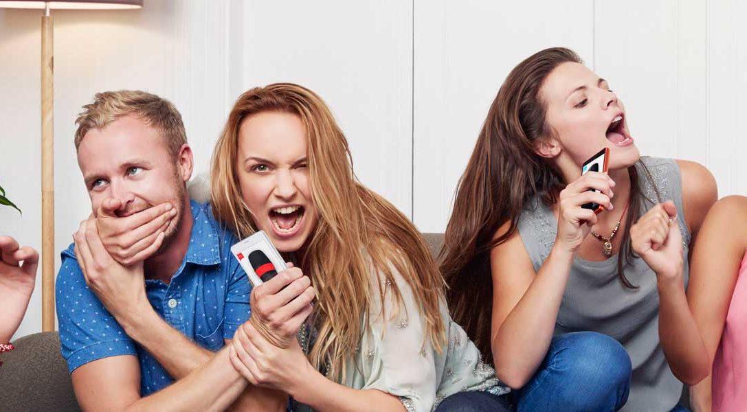 SingStar: impresiones sobre la aplicación micrófono, las funciones sociales y la integración de la cámara