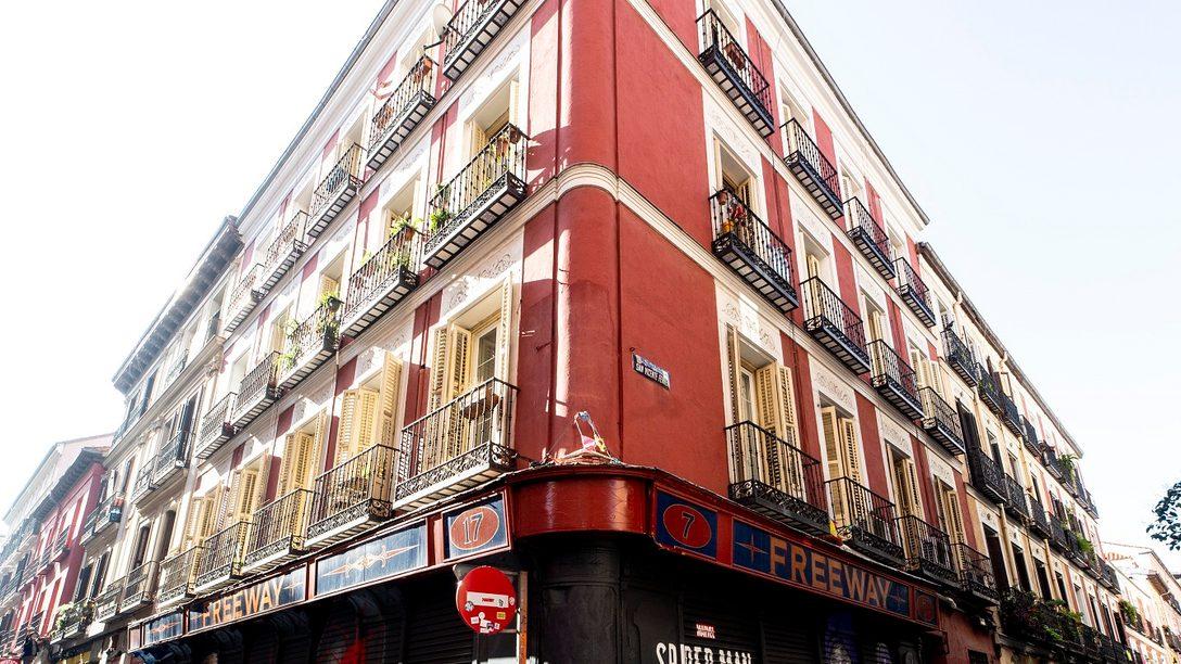 Un espectacular grafiti de Marvel's Spider-Man: Miles Morales invade la fachada del local Freeway en Madrid